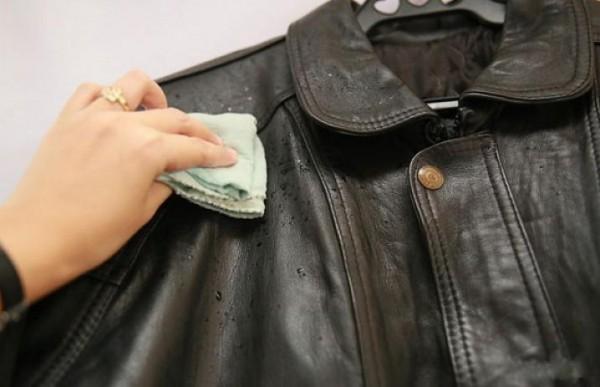 Очистить кожаную куртку тряпкой