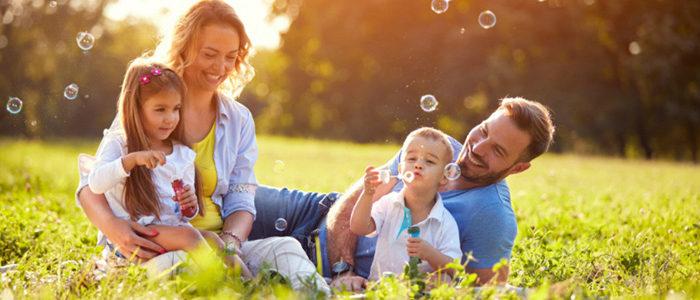 Семья пускает мыльные пузыри