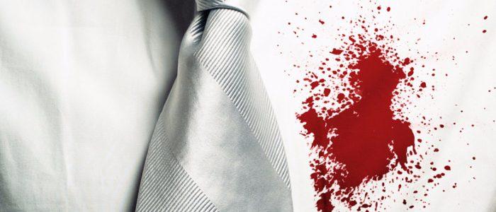 Кровь на белой рубашке