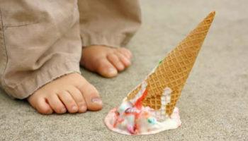 Мороженое упало на палас